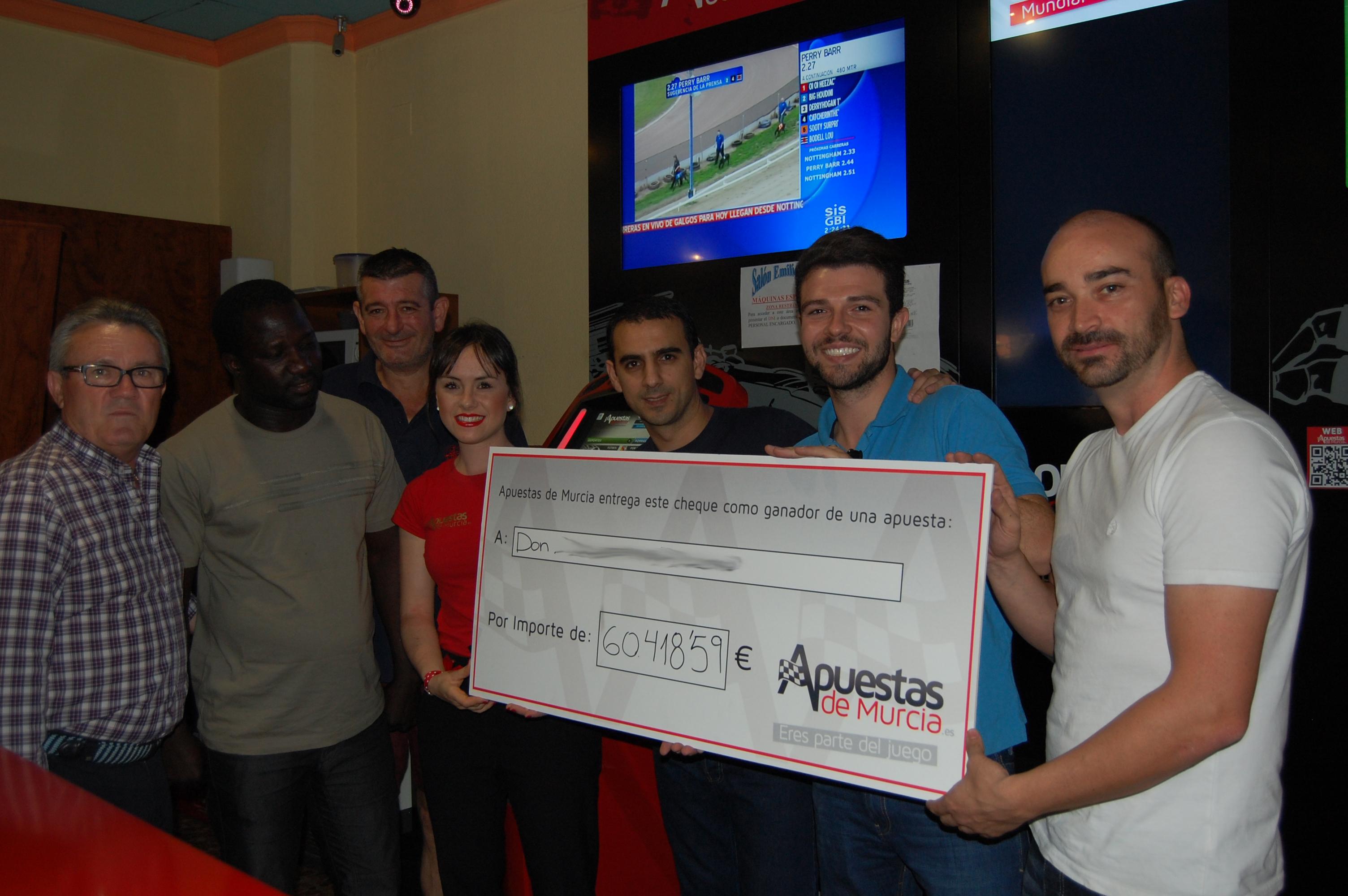 El equipo de Apuestas de Murcia entregando el premio con Martín propietario del local.
